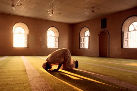 muslim-man-prays-in-mosque_orig